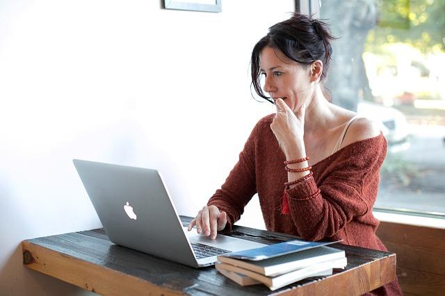 woman working to earn money freelancing